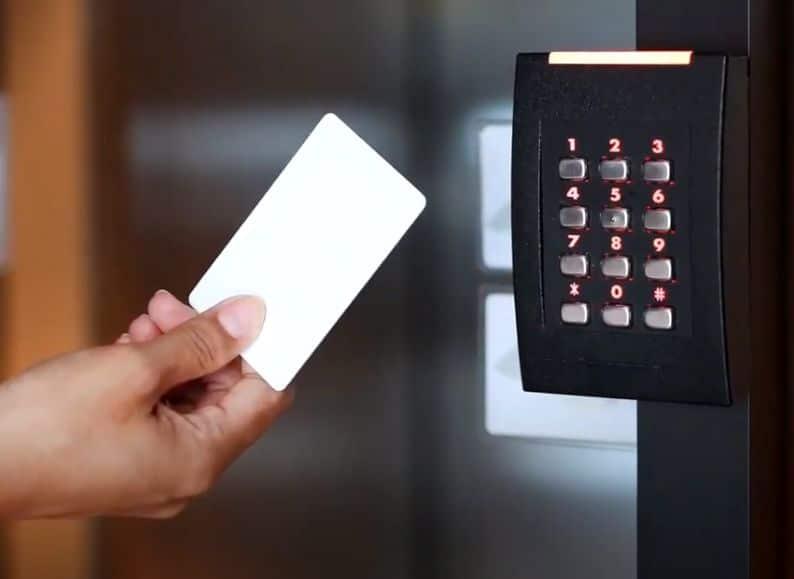 Acceso_mediante_tarjeta_o_pin_a_un_centro_Self_Storage
